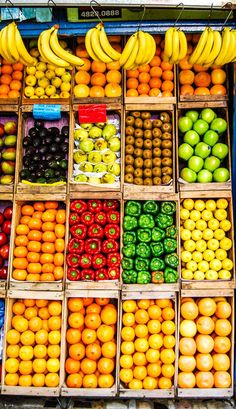 Food market in the streets of Buenos Aires Fruit And Veg Market, Fruit Shop, Fresh Food Market, Vegetable Packaging, A Food, Food And Drink, Fruit Photography, Night Photography, Landscape Photography