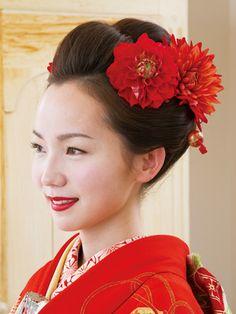 Side    自毛なので生え際も自然です。ヘッドコサージュや、リップもきものとお揃いの赤にして統一感を出しました。