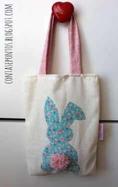 DIY bunny bag inspiration for Easter craft - Saco - Páscoa Easter Projects, Easter Crafts For Kids, Easter Ideas, Kids Bags, Fabric Scraps, Gifts For Kids, Purses And Bags, Sewing Projects, Creations