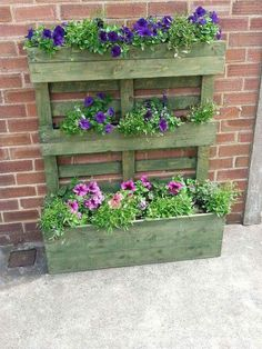 Upright pallet planter stained green Pallet turned on its end with the blocks used as fixing points for slats from another pallet screwed to them to form the planting troughs on the top and Recycled Pallets, Wooden Pallets, 1001 Pallets, Pallet Wood, Wood Pallet Planters, Potager Palettes, Green Pallete, Pallets Garden, Pallet Garden Walls