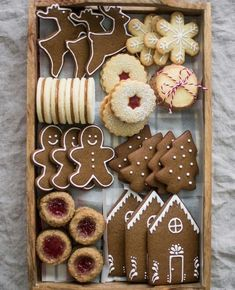 Recipe for gingerbread cookies, which you can use to make a pretty Christmas cookie box! cookiebox christmascookies holidaybaking gingerbread - Recipe for gingerbread cookies, which you can use to make a pretty Christmas cookie box! Noel Christmas, Christmas Goodies, Christmas Desserts, Christmas Cookie Boxes, Christmas Biscuits, Homemade Christmas, Christmas 2019, Christmas Gift Baskets, Christmas Parties