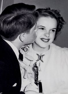 Judy Garland receives a kiss from Mickey Rooney after winning a Juvenile Academy Award for The Wizard of Oz, 1940.♡