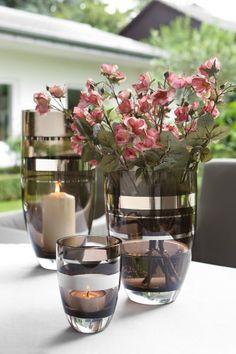 Fink Glasvase RIVA - Das neue Deko-Objekt RIVA von Fink Living empfiehlt sich als Vase, kann aber auch als Windlicht genutzt werden. Mundgeblasenes, durchgefärbtes Transparent-Glas in einem sanften, natürlichen Ton wurde mit einem edlen Platinum-Dekor von Hand versehen, aus dem silberfarbene Akzente herausstechen. RIVA ist auch ohne Blumen oder Kerze außergewöhnlich dekorativ und wird in drei Größen angeboten, die sich ausgezeichnet miteinander kombinieren lassen.