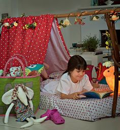 Nada de ficar na frente da TV. A diversão continua à noite com uma festa do pijama. Monte uma cabana sobre o colchão com um pano e um cabo de bambu apoiado entre duas cadeiras. Produção de Camile Comandini