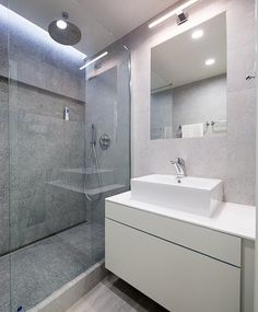Koupelna může být považována za chloubu bytu. Až po strop je laděna do šedé barvy (obklad RAKO, cena 553 Kč/m2); Archiv studia