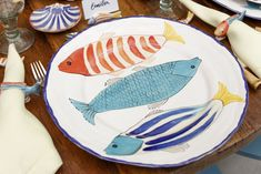 Collecting pesce from the table Pottery Painting, Ceramic Painting, Ceramic Plates, Ceramic Pottery, Keramik Design, Diy Home Furniture, Fish Plate, Ceramics Projects, Clay Ornaments
