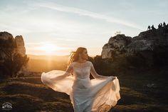 #bride #groom #weddingsession #floral #sesjaslubna #zdjeciaslubne #chasinglight #bridal #slub #pannamloda #mountains