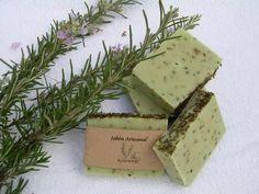Descubre cómo hacer jabón de romero para la piel grasa, es ideal también para infecciones o irritaciones. Es fácil de hacer y te será muy útil. Soap Making, Salute, Descubra, Melt And Pour, Glycerin Soap, Shampoo Bar, Soap Packaging, Natural Shampoo, Melaleuca