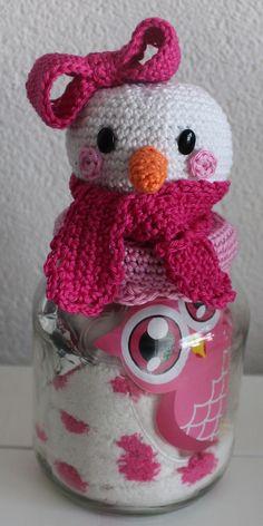 Patroon Deksels Sneeuwvrouwtje       Voor een lekkere warme winter....              Benodigdheden     Garen      (Catona van Scheepjes): w... Crochet Snowman, Crochet Cozy, Crochet Motifs, Crochet Winter, Diy Crochet, Crochet Patterns, Crochet Hats, Crochet Jar Covers, Snowman Crafts