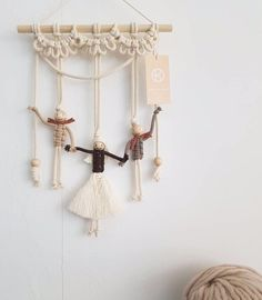 🌟Tante S!fr@ loves this📌🌟 Macrame Owl, Macrame Knots, Micro Macrame, Yoga Dekor, Art Macramé, Macrame Wall Hanging Patterns, Yarn Dolls, Diy Keychain, Macrame Design