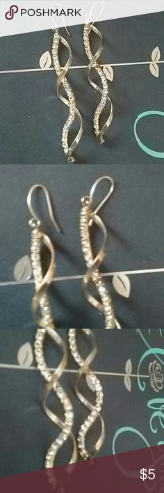 Elegant dangle earrings Super beautiful.  Makes a statement. Jewelry Earrings