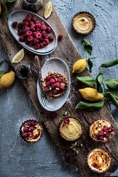 Crostatine alla crème brûlée con pistacchi e lamponi: un guscio di frolla ai pistacchi burroso e fragrante, una crema profumata al limone morbida e setosa, una crosticina di zucchero e tanti lamponi e pistacchi a completare.