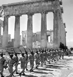Column British soldiers coming to the Acropolis in Athens released Victory In Europe Day, Parthenon Athens, Invasion Of Poland, German Soldiers Ww2, British Soldier, In Ancient Times, Athens Greece, British History, Military History