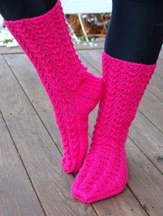 KARDEMUMMAN TALO: Vadelmaiset Thread Crochet, Crochet Stitches, Knit Crochet, Knitting Socks, Hand Knitting, Knitting Patterns, Knit Socks, Cute Socks, Knitting Accessories