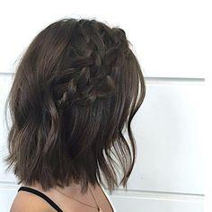 Penteado charmoso e fácil: duas tranças laterais que se encontram e fios com ondulado bem sutil