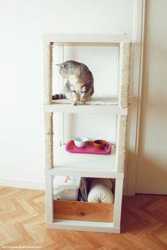 [Coup de coeur] Un arbre à chat à faire soi-même. Je transposerais bien avec des étagères de bois brut moins profonde et une corde d'un côté et de l'autre une échelle de corde pour grimper. Un étage caché par des tentures ou du carton. Éventuellement, un meuble moins haut à côté pour redescendre.