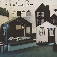 How cool is this?! ✌️ by @cozystory_insta   #monochrome #boysroom #gutterom #girlsroom #jenterom #interiør #inspo #barnerom #barneinteriør #barneinspo #barneromsinteriør #gravid #nyfødt #newborn #babyroom #barsel #mammaperm #mammalivet #småbarnsliv #interior #kidsinspo #kidsinterior #kidsdecor #nursery #nurserydecor #barnrum