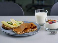 Melk.no er Norges kompetansesenter innen melk og meieriprodukter. Vi formidler kunnskap om kosthold og ernæring, samt sunne og tradisjonelle oppskrift Panna Cotta, Waffles, Breakfast, Ethnic Recipes, Food, Velvet, Morning Coffee, Dulce De Leche, Essen