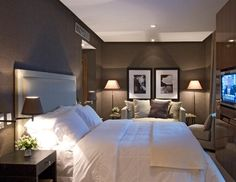 Love the dark brown walls and white bed linen. This room feels luxurious and comfortable. cinza e branco