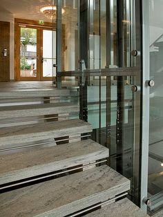 Eine Treppe im Haus ist unentbehrlich. Als Verbindungsglied zwischen den Stockwerken sorgt sie für mehr Wohnraum und eine höhere Lebensqualität. Aber nicht nur ihre Funktion spielt eine wichtige Rolle beim Hausbau. Sie sind zwar technisch anspruchsvoll, auf das Wesentliche konzentriert und Stufe für Stufe sind sie ein ästhetisches Meisterwerk.