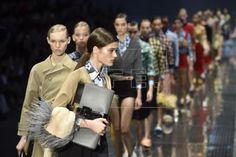 Varias modelos presentan las creaciones de la casa de moda Prada para la temporada Primavera-Verano 2017 durante la Semana de Moda de Milán, Italia, hoy 22 de septiembre de 2016. La Semana de Moda de Milán se celebra del 21 al 26 de septiembre. EFE