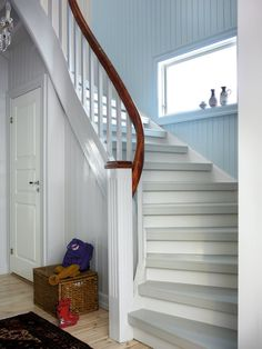 Mal den gamle trappen, den blir som ny for – Happy Homes Norge Architecture 3d, Hallway Inspiration, Stair Storage, House Stairs, Diy Cabinets, Upholstered Furniture, Diy Home Improvement, Scandinavian Interior, Coastal Living