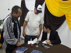 #MatheusLCarvalho autografando seu #livro #OValeDosLobos.