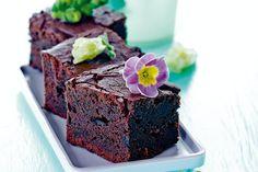 Forkæl dine gæster med en skøn brownie smagt til med lakrids og spiselige blomster. Brownie Heaven, Blackberry Cake, Blondie Brownies, Pecan Nuts, Zucchini Lasagna, Cake Tins, Brownie Recipes, Melting Chocolate, Coffee Cake