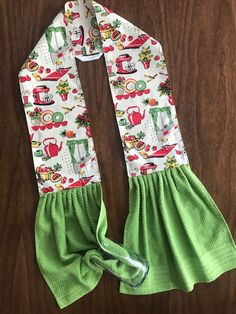 hand towels Midcentury Kitchen apron for your neck! Vintage kitchen appliances with green or red terrycloth hand towels. Do you tend to throw a towel over your shoulder as you cook? Sewing Hacks, Sewing Tutorials, Sewing Crafts, Sewing Tips, Sewing Ideas, Dish Towels, Hand Towels, Dish Towel Crafts, Kitchen Towels Crafts