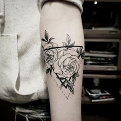 Tattoo designs for women small wrist – Viral Dreieckiges Tattoos, Mini Tattoos, Rose Tattoos, Body Art Tattoos, Small Tattoos, Tatoos, Pretty Tattoos, Beautiful Tattoos, Tatuaje Cover Up