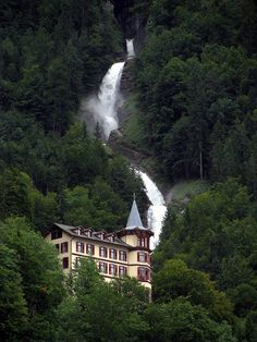 giessbach-waterfalls.jpg 768×1,024ピクセル