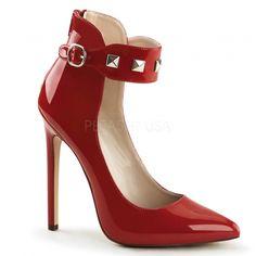 Dans l'esprit chaussure fétichiste, découvrez les escarpins rouges vernis à talon aiguille, un style rock'n roll pour ce modèle à bride cloutée.