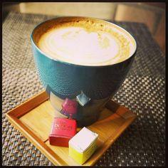 漆のカップでラテ&DOMORIのチョコレート。 Fudanシリーズ_いつもかっぷ青色   http://j-cocomo.jp