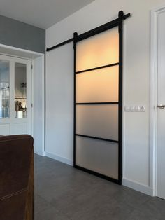 Dima door barn industriëlle schuifdeur, aluminium schuifdeur met gelaagd mat veiligheidsglas. Internal Sliding Doors, Casa Patio, Room Doors, Home Reno, Bathroom Interior Design, Door Design, New Homes, House, Interior Barn Doors