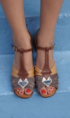 Gorgeous Chie Mihara sandals in grey, taupe, brown and gold leather. These shoes are renowned for their anatomically designed footbed and stylish design. Cute Sandals, Cute Shoes, Me Too Shoes, Shoes Sandals, Heels, Pretty Sandals, Summer Sandals, Stilettos, Fashion Shoes