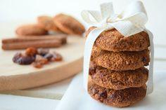 O unu, şekeri, yağı sakince elinden bırak sevgili okur. Onlara artık ihtiyacımız yok. Çıkar diğer malzemeleri, muzlu incirli kurabiye tarifi yapacağız.