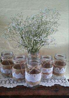 Centros de mesa. Floreros. Hechos con frascos de vidrio, puntilla, hilo (sisal grueso) y flores (ilución).