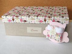 Serve para acomodar e transportar as lembrancinhas para a maternidade e depois, ao voltar para casa, a mamãe poderá usá-la como caixa organizadora que, além de favorecer a decoração do ambiente, propicia uma adequada arrumação de vários objetos do bebê.    A caixa mede 40x25x13 cm, feita em MDF e...