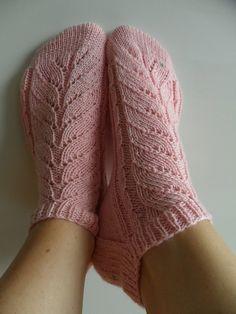 Dagens gratisoppskrift: Pinky   Strikkeoppskrift.com Knitting Patterns Free, Knit Patterns, Free Knitting, Knitting Socks, Baby Knitting, Free Pattern, Finger Knitting, Lace Socks, Crochet Socks