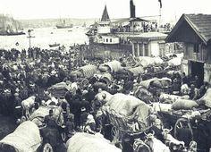 Balkan Savaşı sırasında topraklarını terk etmek zorunda kalanlar, Anadolu'ya geçmek için vapur bekliyor.(1912-Sirkeci/İstanbul)