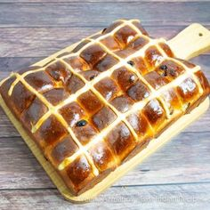 Easter is almost here so why not make some homemade delicious hot cross buns. A little bit of kneading is all it Cross Buns Recipe, Bun Recipe, Easter Hot Cross Buns, Indian Bread Recipes, Homemade White Bread, Fresh Bread Crumbs, Stale Bread, Sugar Icing, Tray Bakes