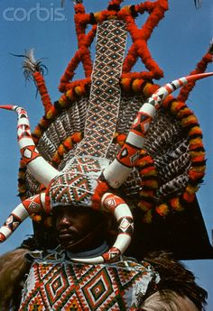 Zulu man wears an elaborate headdress, South Africa. Zulu, We Are The World, People Around The World, African Masks, African Art, African Style, Population Du Monde, Costume Africain, Tribal People