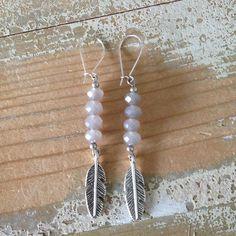 Mooie oorbellen met facet kralen in de geweldige kleur grijs.