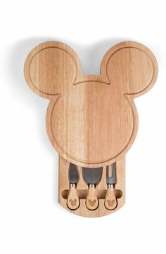 Whip out this Mickey Mouse Head Shaped Cheese Board & Tools Set for your next dinner party! This cheese board keeps the spreaders safely kept in the pull out drawer! Mickey Mouse Gifts, Mickey Mouse House, Mickey Mouse Kitchen, Mickey Love, Mickey Y Minnie, Disney Mickey Mouse, Casa Disney, Disney Rooms, Disney House