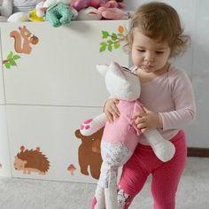...špeciálna veľká cica určená výlučne k mojkaniu, k zaspinkávaniu a ešte aj k všetkému ostatnému...  spapala hrkálku, takže po zatrasení vydáva cinkavý zvuk....  Veľkosť: výška... Dinosaur Stuffed Animal, Onesies, Toys, Baby, Handmade, Animals, Activity Toys, Hand Made, Animales