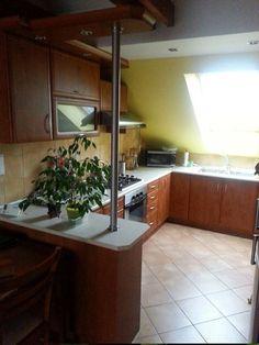 Ponúkame Vám na predaj NOVOSTAVBU 2 izbového tehlového bytu na Šafárikovej ulici v širšom centre mesta Prešov. Kolaudácia prebehla v roku 2008. Byt s úžitkovou plochou 60 m2, je slnečný s južnou a severnou orientáciou na 3. podlaží. Parkovanie je možné vo dvore bytového domu. V celom byte je kvalitná plávajúca podlaha, okná sú plastové a v obývačke je francúzske okno. 59 000 €