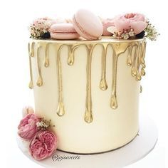 Gorgeous drip cake with macarons wedding cake Gorgeous Cakes, Pretty Cakes, Cute Cakes, Amazing Cakes, Bolo Drip Cake, Bolo Cake, Cupcake Torte, Drippy Cakes, Engagement Cakes