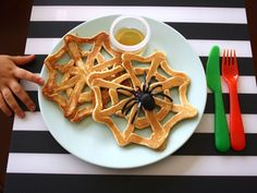 Let your kids eat these spider webs pull-apart style with a small side of syrup for easy dipping halloween recipes ideas food Halloween Breakfast, Halloween Dinner, Halloween Goodies, Halloween Food For Party, Halloween 2018, Spooky Halloween, Happy Halloween, Halloween Cocktails, Family Halloween