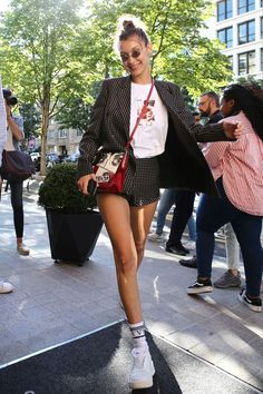 Bella Hadid's street is her office, and she's wearing shorts to work. Bella Hadid's street is her office, and she's wearing shorts to work. Fashion Moda, Look Fashion, Fashion Outfits, Womens Fashion, Fashion Trends, Street Fashion, Suit Fashion, Fashion Bloggers, Paris Outfits