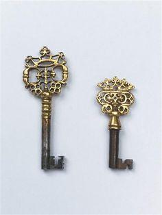 Bureau-Secrétaire Keys. Gilt Wrought Iron. European. Circa 1730.